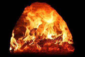 forno a legna con il fuoco acceso