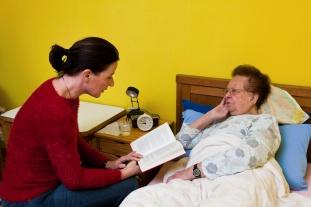 Kranke Seniorin wird von besucht